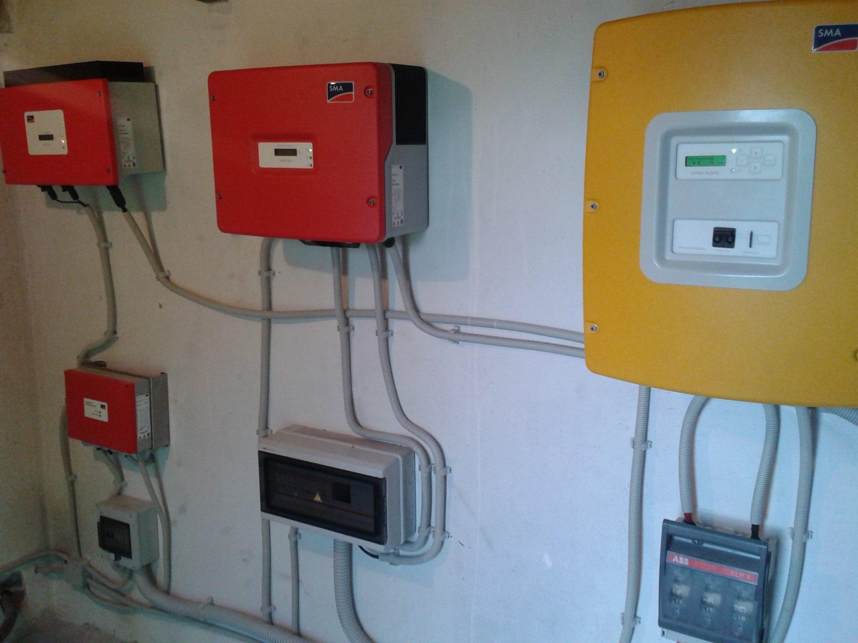 Όλοι οι αντιστραφείς του αυτόνομου συστήματος για τα φωτοβολταϊκά, την ανεμογεννήτρια και τους συσσωρευτές