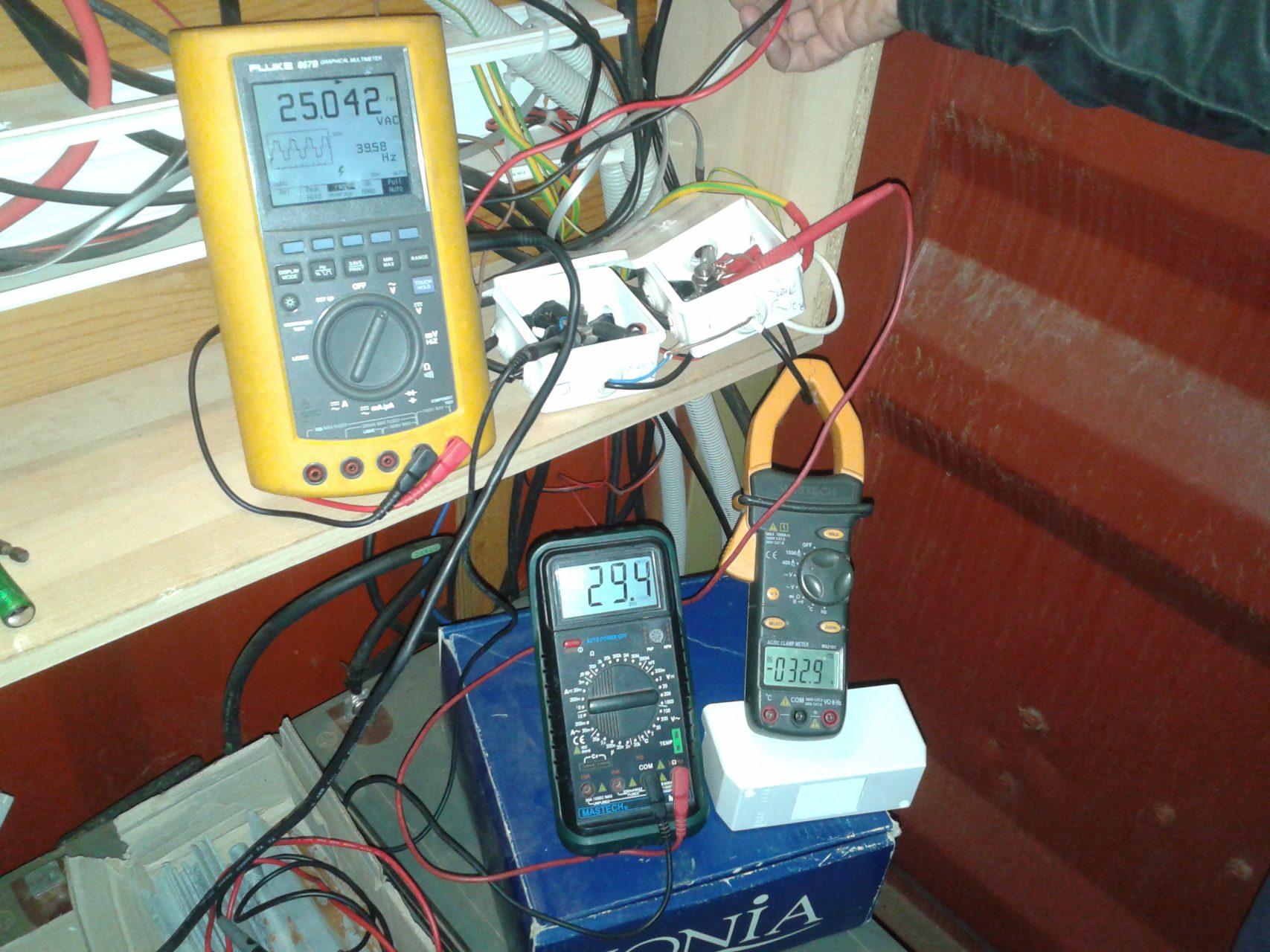 Στιγμιαία παραγωγή σε ισχυρό άνεμο 29.4Vx32.9A=967W